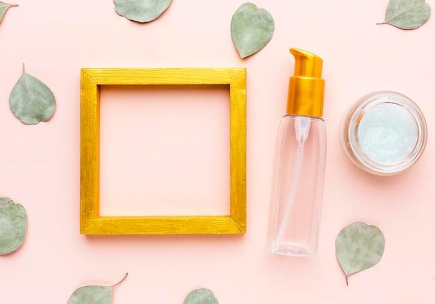 Bovenaanzicht frame omgeven door cosmetische producten