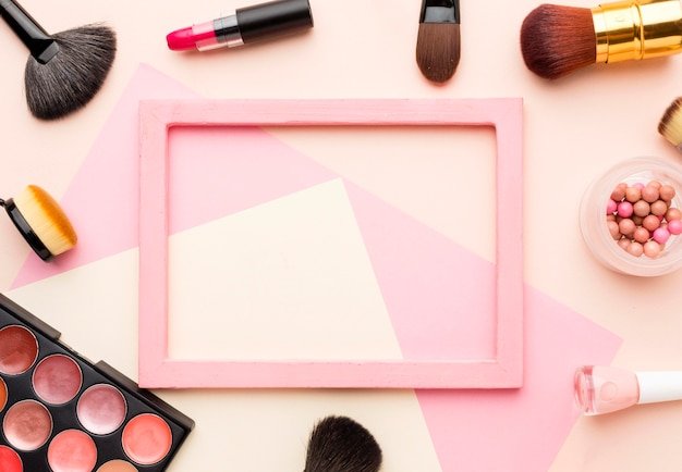 Bovenaanzicht frame omgeven door make-up accessoires