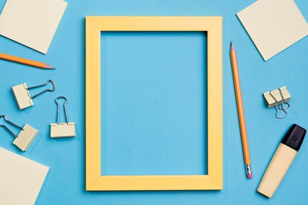 Bovenaanzicht frame omgeven door paperclips en marker