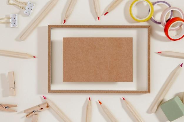 Bovenaanzicht frame omgeven door potloden