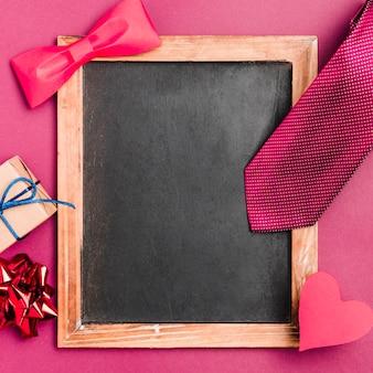 Bovenaanzicht frame omgeven door strikje en cadeau