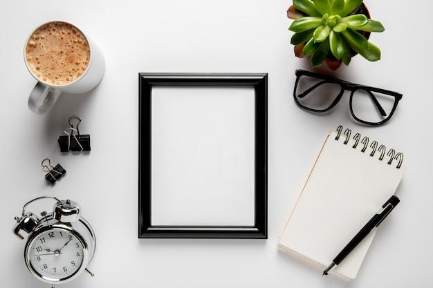 Bovenaanzicht frame op bureau mock-up