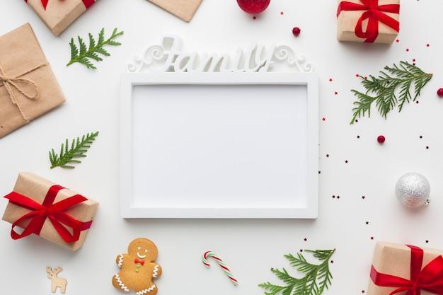 Bovenaanzicht frame op een tafel met mock-up