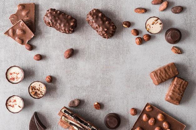 Bovenaanzicht frame van chocoladesnoepjes