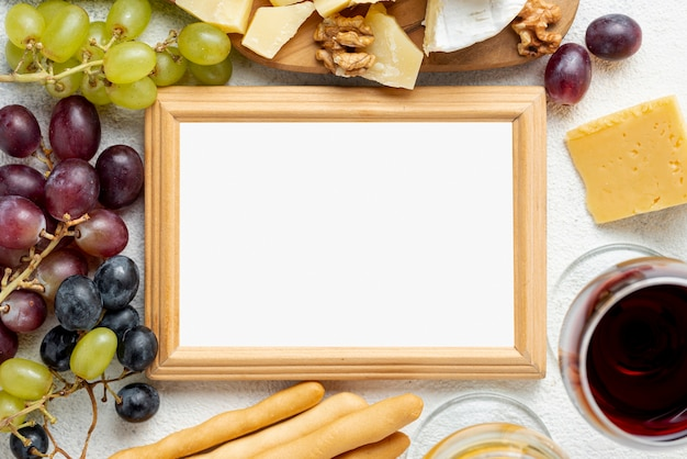 Bovenaanzicht frame van glaspjes en kaas