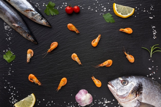 Bovenaanzicht frame van vis met specerijen