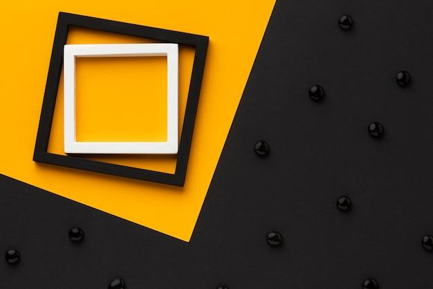 Bovenaanzicht frames met zwarte kiezelstenen