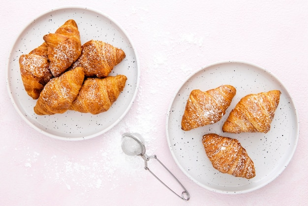 Bovenaanzicht franse croissants op borden