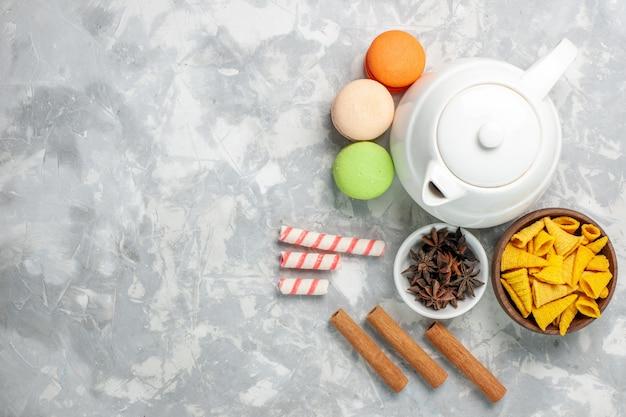 Bovenaanzicht franse macarons met kaneel op het witte oppervlak thee drinken cake koekje zoet