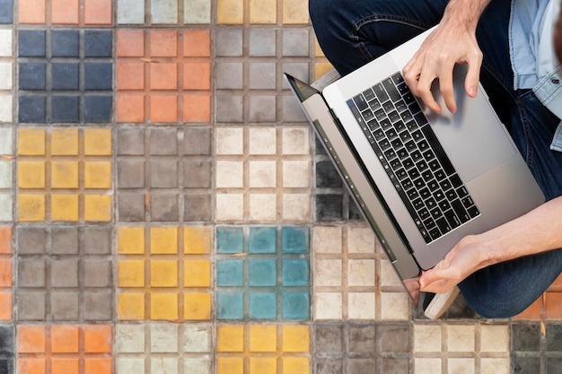 Bovenaanzicht freelancer die hard werkt aan een nieuw project met kopie ruimte
