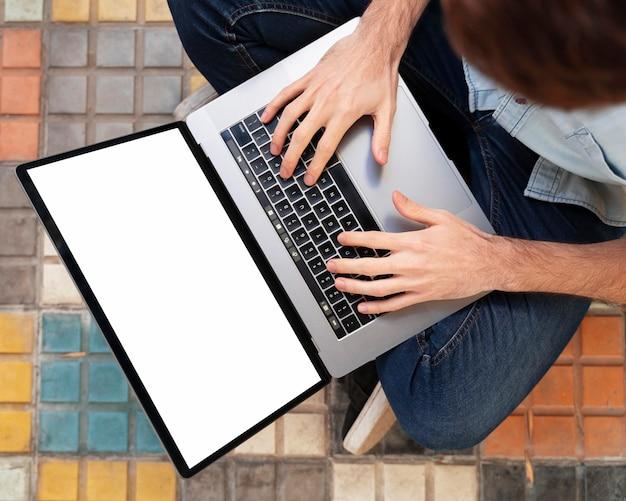 Bovenaanzicht freelancer die hard werkt aan een nieuw project