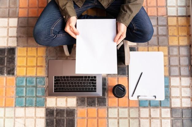 Bovenaanzicht freelancer werkt op de grond