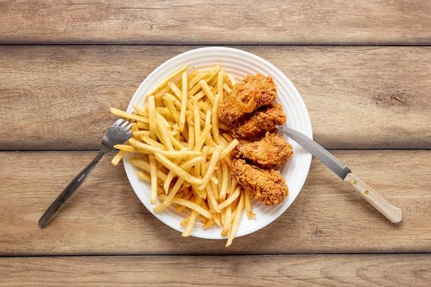 Bovenaanzicht frietjes en krokant op plaat