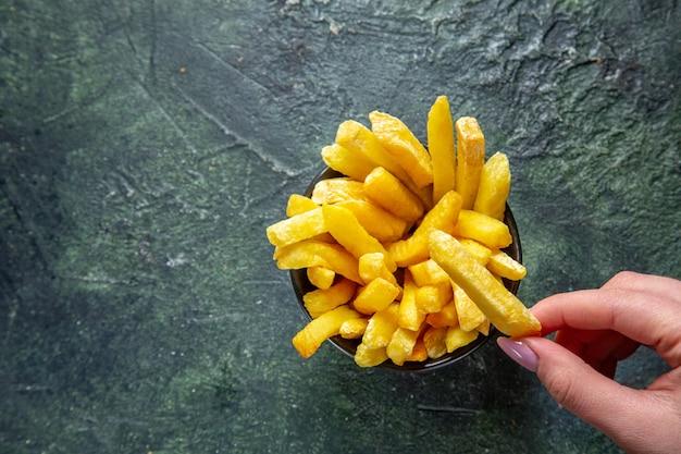 Bovenaanzicht frietjes op donkere ondergrond