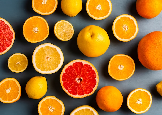 Bovenaanzicht frisse mix van citrusses op tafel