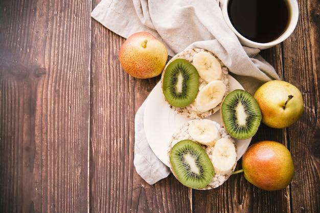 Bovenaanzicht fruit ontbijt met kopie ruimte