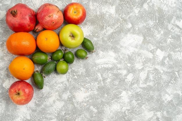 Bovenaanzicht fruit samenstelling feijoa mandarijnen en appels op witte achtergrond fruit vitamine mellow rijp