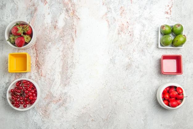 Bovenaanzicht fruit samenstelling vers fruit op witte tafel