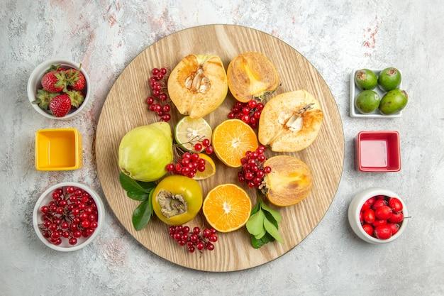 Bovenaanzicht fruit samenstelling vers fruit op witte vloer