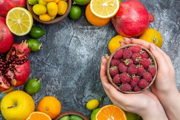 Bovenaanzicht fruit samenstelling verschillende vers fruit op grijze achtergrond