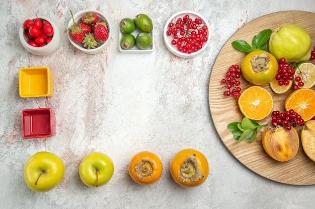 Bovenaanzicht fruit samenstelling verschillende vers fruit op witte tafel kleur rijpe boom vers