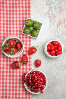 Bovenaanzicht fruit samenstelling verschillende vers fruit op witte tafel