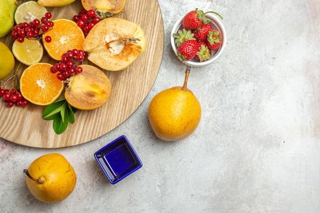 Bovenaanzicht fruit samenstelling verschillende vruchten op witte tafel rijp vers bessenfruit