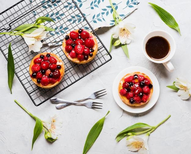 Bovenaanzicht fruitige taarten arrangement