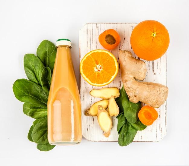 Bovenaanzicht frutis voor smoothie op een houten bord