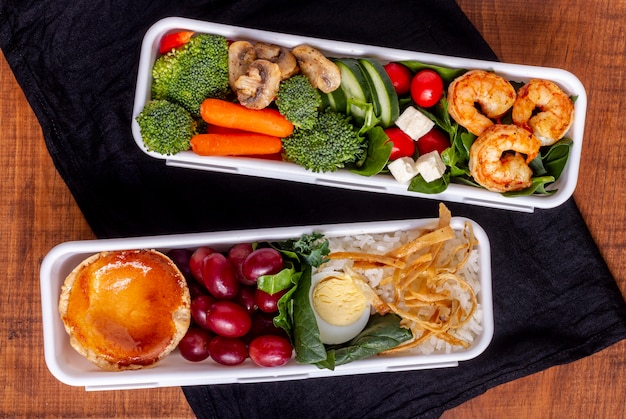 Bovenaanzicht garnalen en groenten regeling