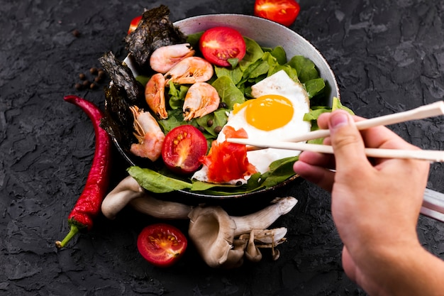 Bovenaanzicht garnalen en groenten salade