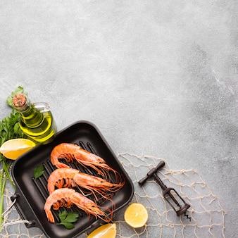 Bovenaanzicht garnalen met specerijen op pan