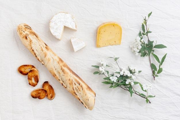 Bovenaanzicht gastronomische snacks op een tafel