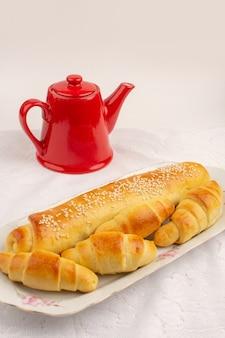 Bovenaanzicht gebak en croissants zoete lekker binnen witte plaat op de witte