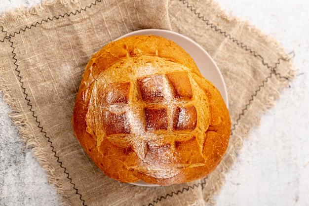 Bovenaanzicht gebakken brood met model op jute