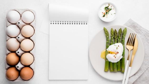 Bovenaanzicht gebakken ei met asperges