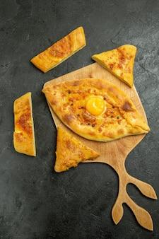 Bovenaanzicht gebakken eierbrood heerlijk deegbroodje op donkere ruimte