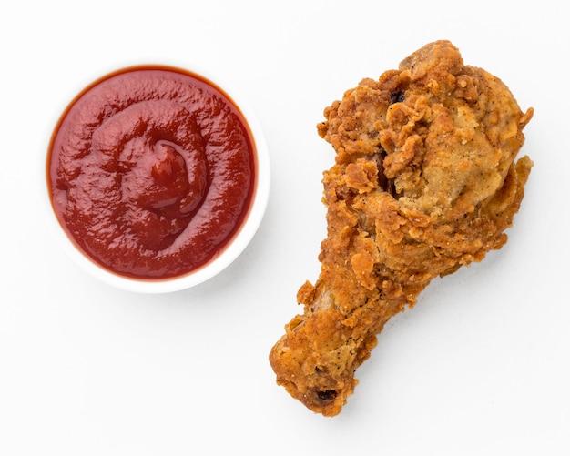 Bovenaanzicht gebakken kip drumstick met ketchup