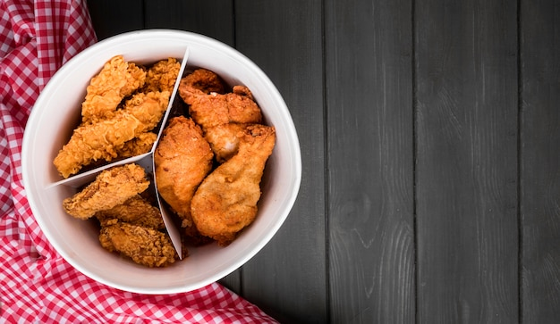 Bovenaanzicht gebakken kippenemmer met kopie-ruimte en theedoek