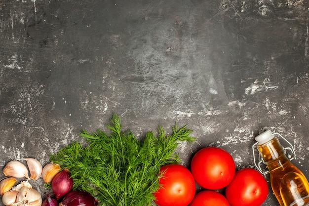 Bovenaanzicht gebakken koteletten met gekookte rijst en groenten op grijs oppervlak schotel foto vlees