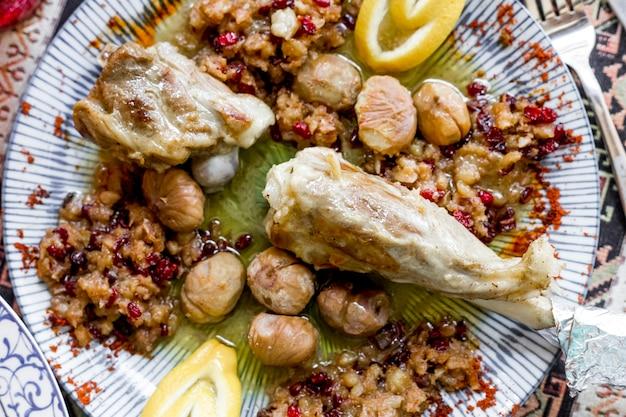 Bovenaanzicht gebakken lamsbout met kastanjes gehakt vlees en citroen