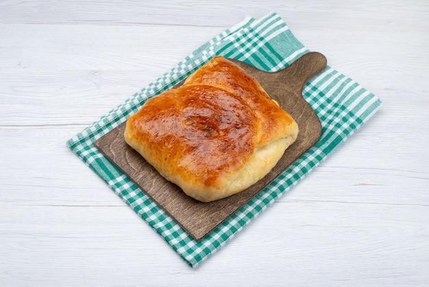 Bovenaanzicht gebakken lekker broodje op het houten bureau en witte achtergrond broodje brood foto