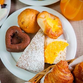 Bovenaanzicht gebakken met schijfje sinaasappel en hart vorm in witte plaat