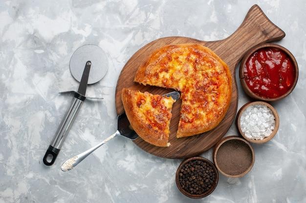 Bovenaanzicht gebakken pizza met kaas op wit