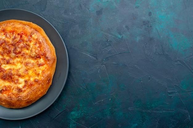 Bovenaanzicht gebakken pizza vers uit de oven op donkerblauw