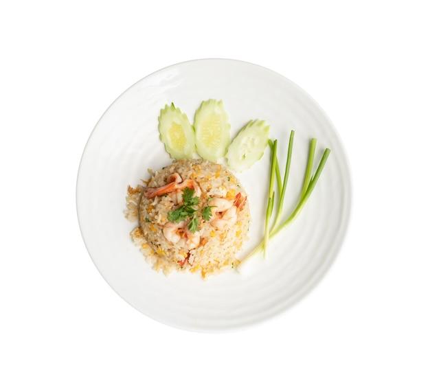 Bovenaanzicht. gebakken rijst met garnalen in ronde witte schotel geïsoleerd op wit. thais eten concept