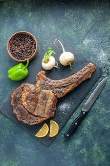 Bovenaanzicht gebakken vlees plak op donkere achtergrond vlees eten schotel bak kleur dier rib diner koken barbecue