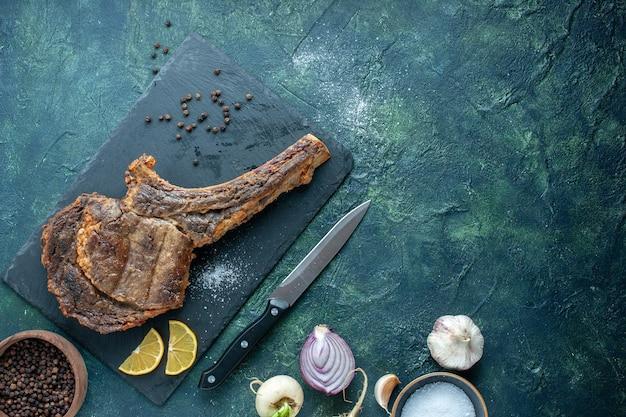Bovenaanzicht gebakken vlees plak op donkere achtergrond vlees eten schotel bak kleur koken dier rib diner