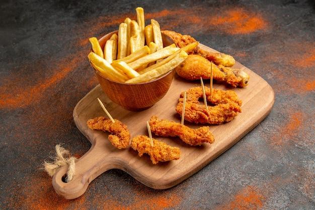 Bovenaanzicht gebraden kip menu op gemengde kleuren snijplank