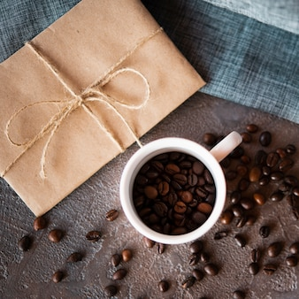 Bovenaanzicht gebrande koffiebonen in een kopje